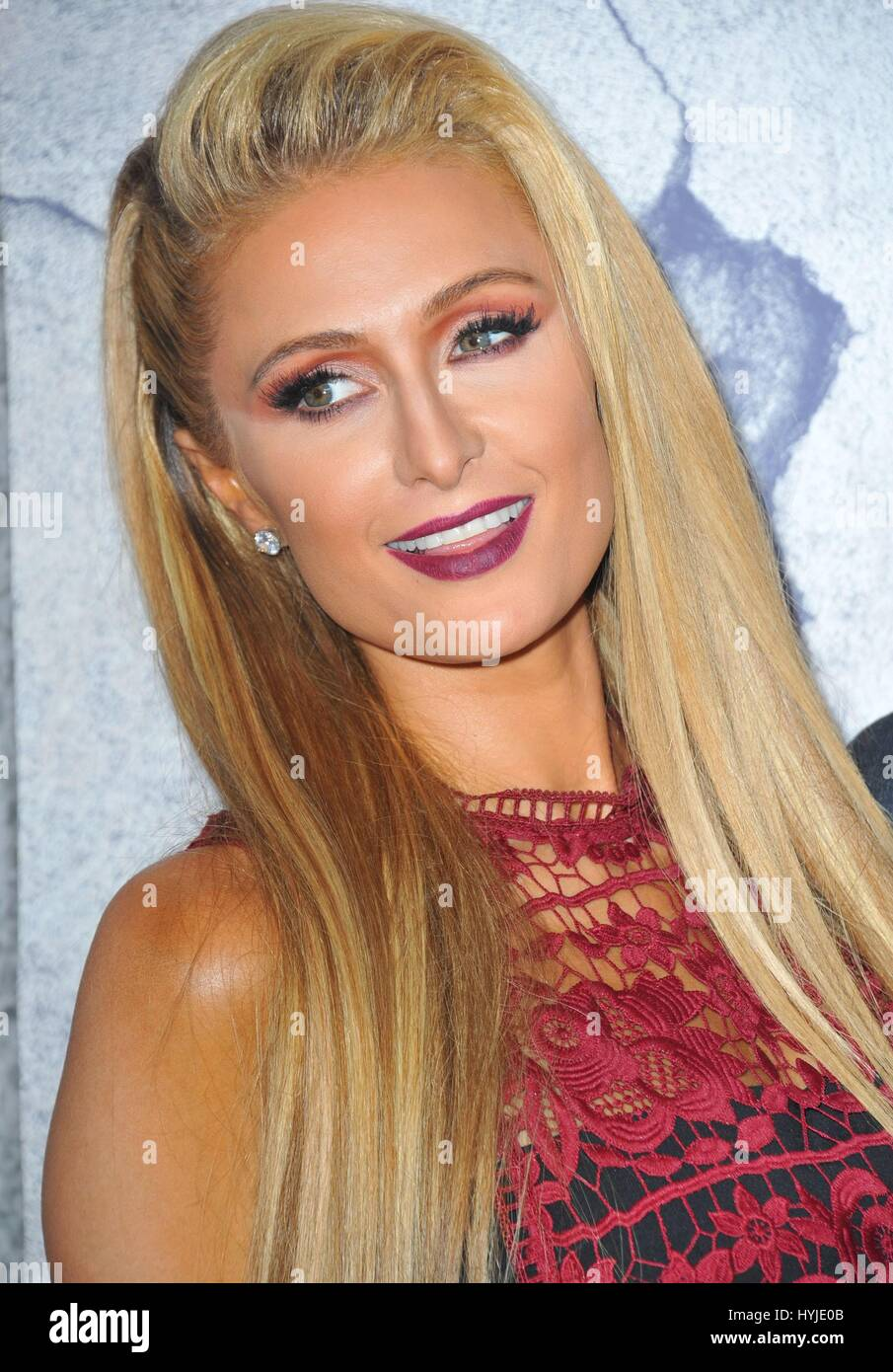 Los Angeles, CA, USA. 4. April 2017. Paris Hilton im Ankunftsbereich für die Reste Staffel 3 Premiere, Avalon Hollywood, Stockfoto