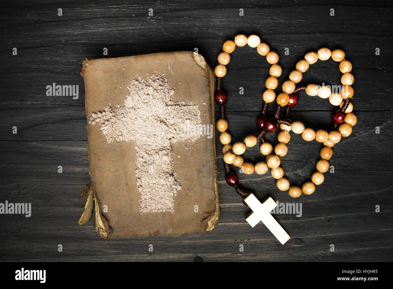 alte bibel rosenkranz und kreuz der asche symbole der. Black Bedroom Furniture Sets. Home Design Ideas