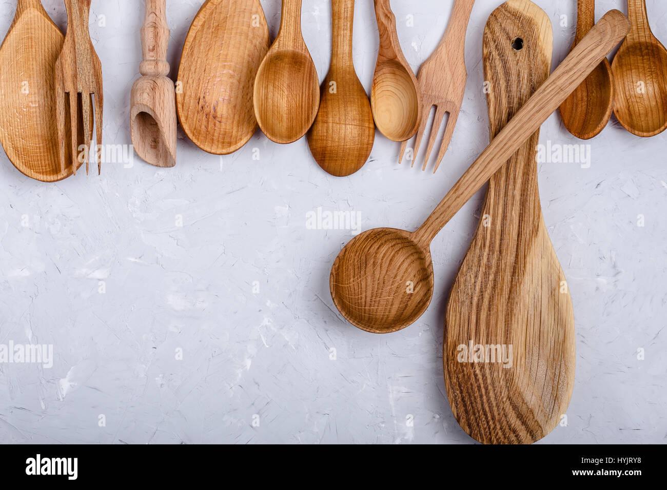 Rahmen des hölzernen Küchenutensilien. Löffel und Gabeln auf ...