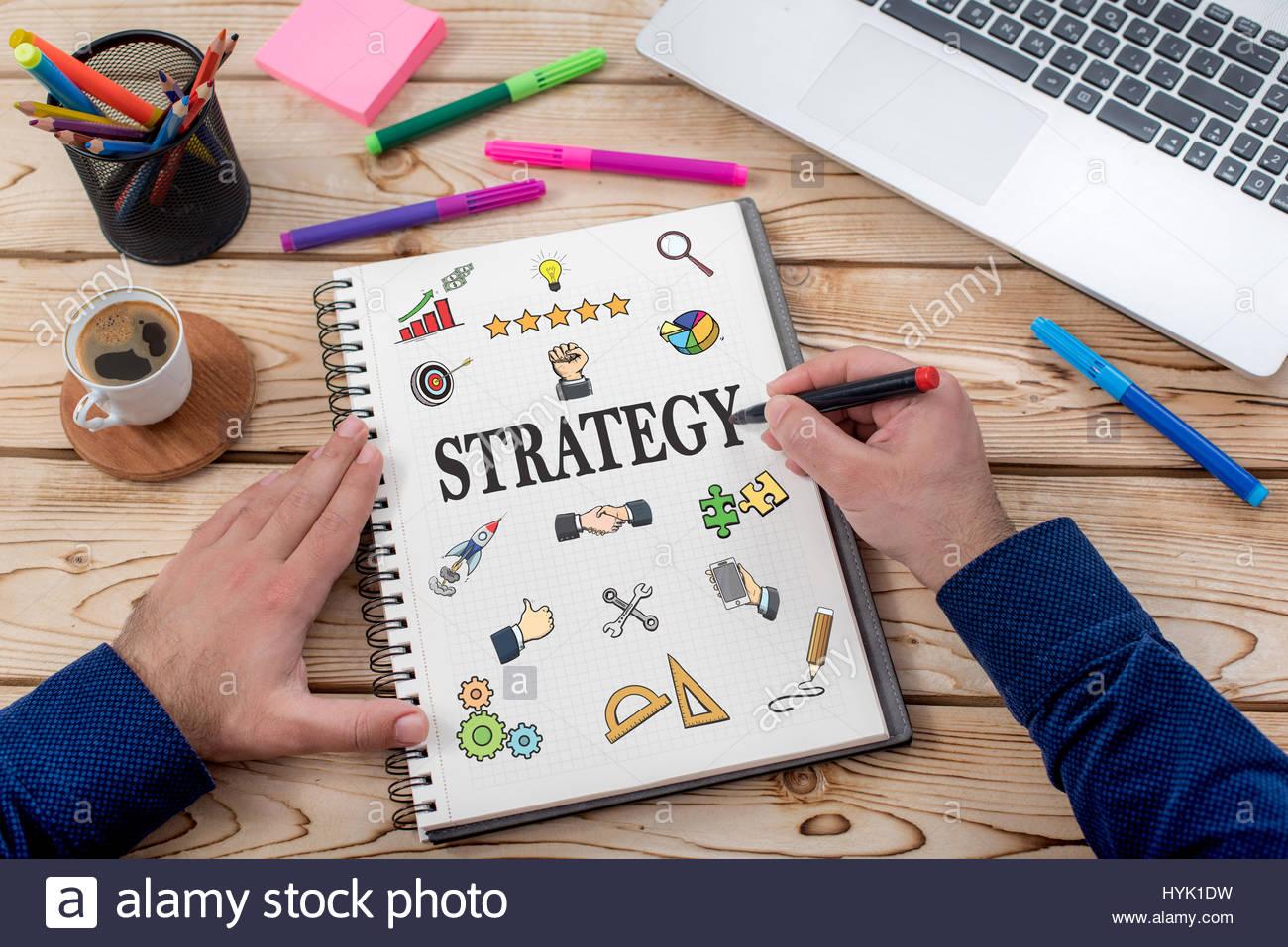 Strategiekonzept mit verschiedenen Hand gezeichnet Doodle Symbole auf Papier im Büro Stockbild