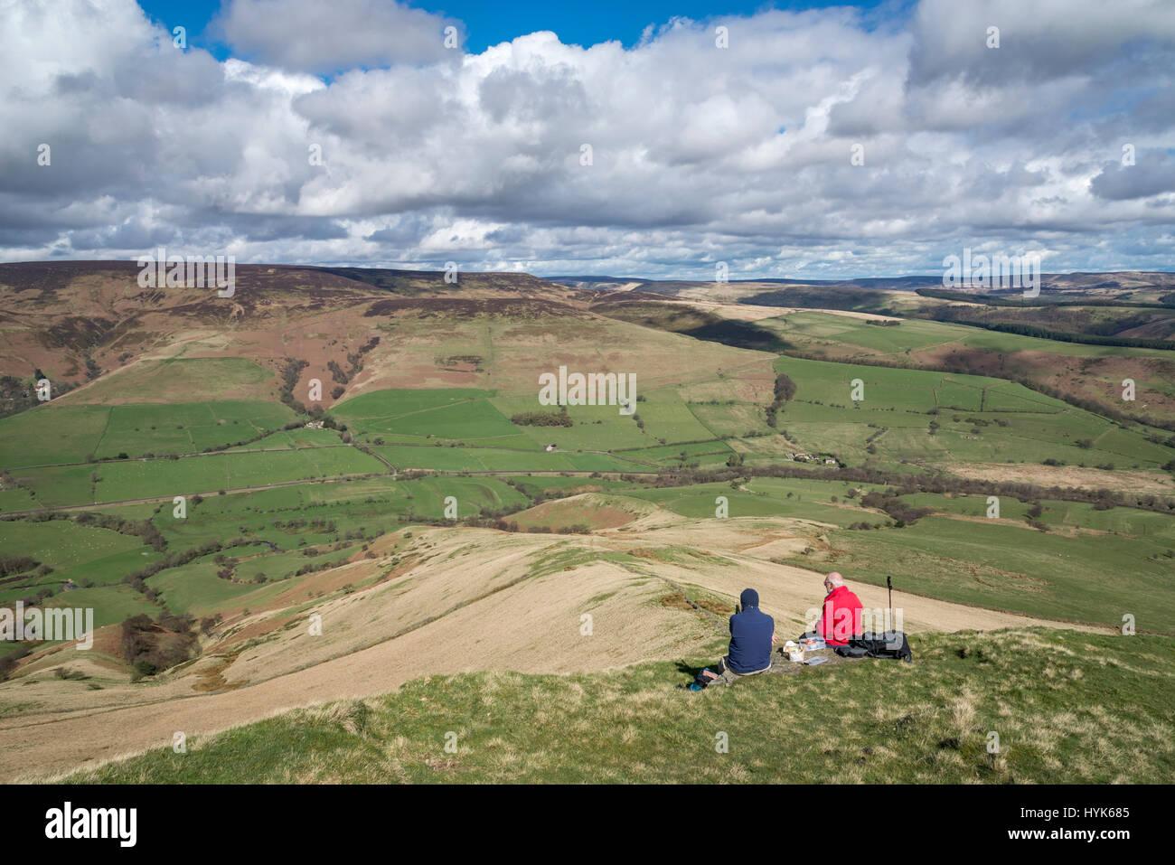 Zwei im mittleren Alter Männer genießen die Aussicht vom Lose Hill im Peak District an einem schönen Stockbild