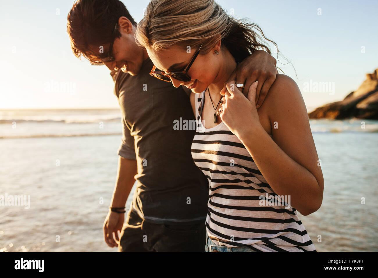 Porträt des jungen Brautpaares zu Fuß am Meer. Mann und Frau auf Urlaub am Meer. Stockbild