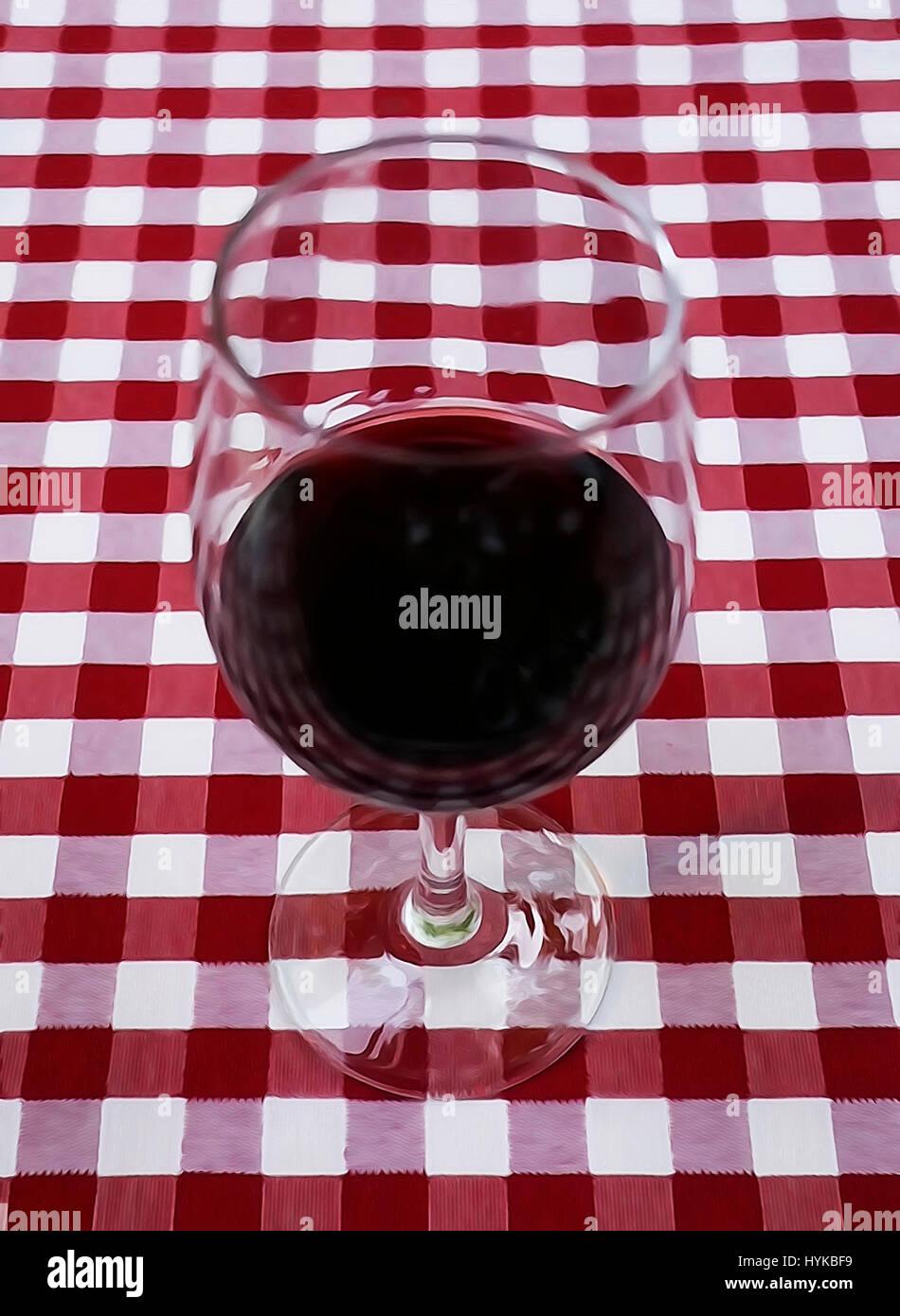 Rotwein im Glas auf roten Tischdecke. Stockbild