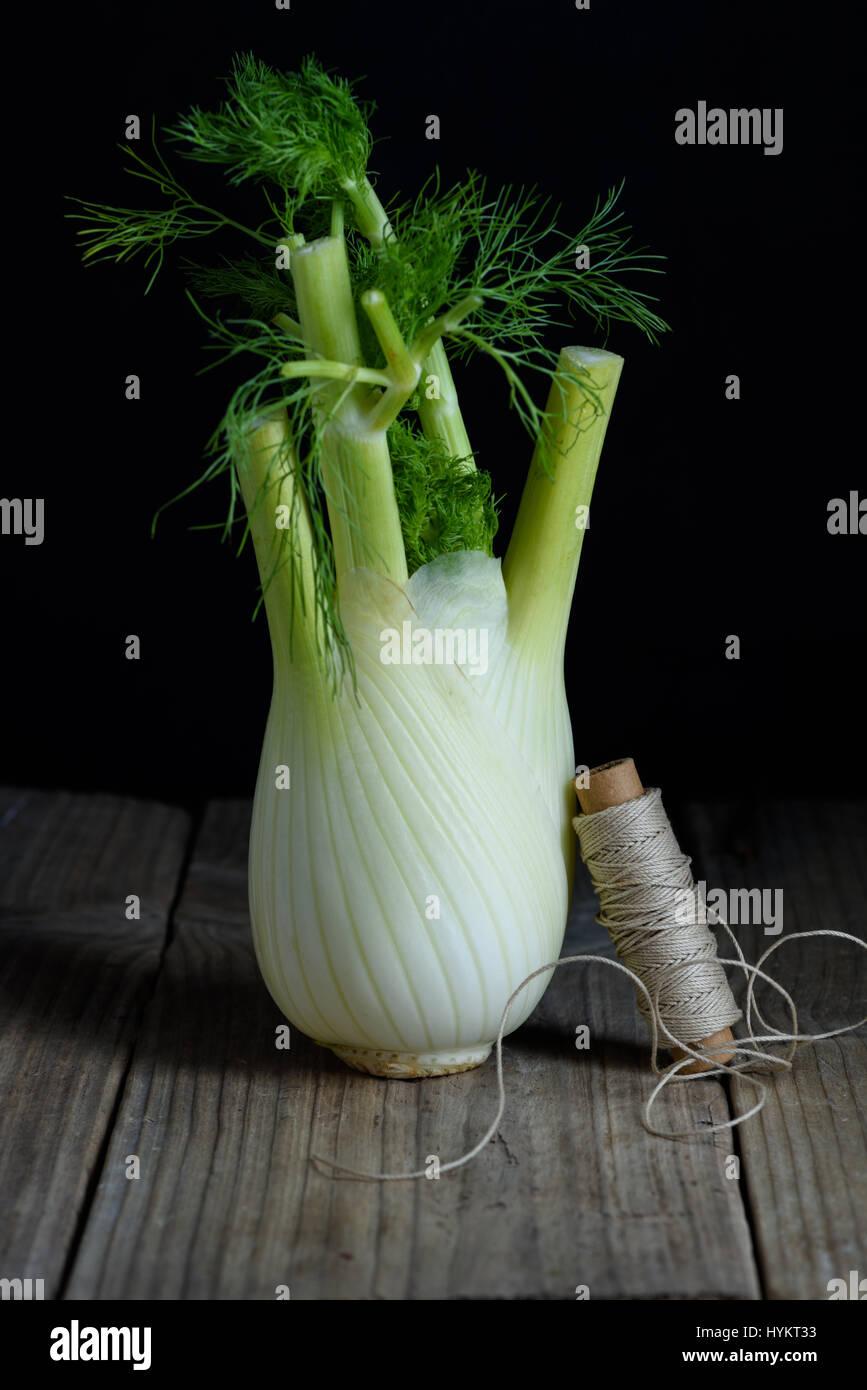 Frischer Fenchel Birne auf Holztisch. Schließen Sie frisches Bio-Gemüse. Stockbild