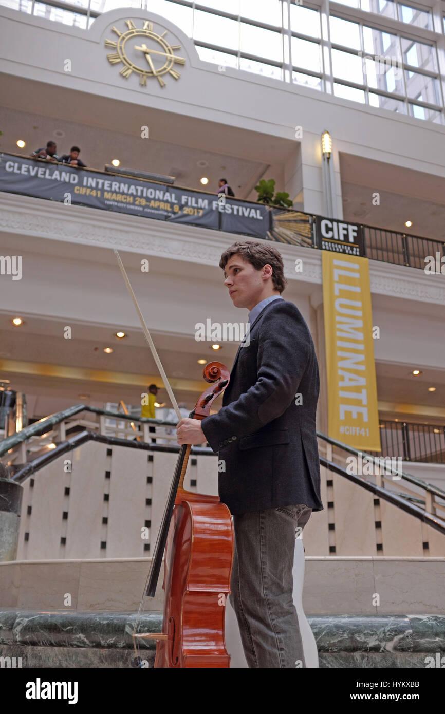 Dane Johansen mit seinem Cello vor der Cleveland screening seines Films Fremde auf der Erde Stockbild