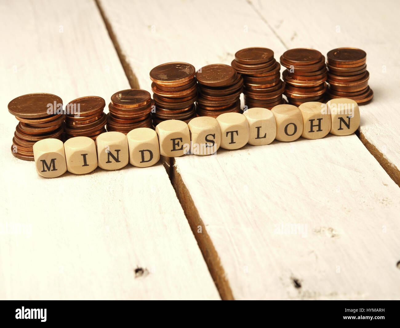Mindestlohn Konzept Mit Holzwürfeln Und Kleingeld als Geldstapel Stockbild