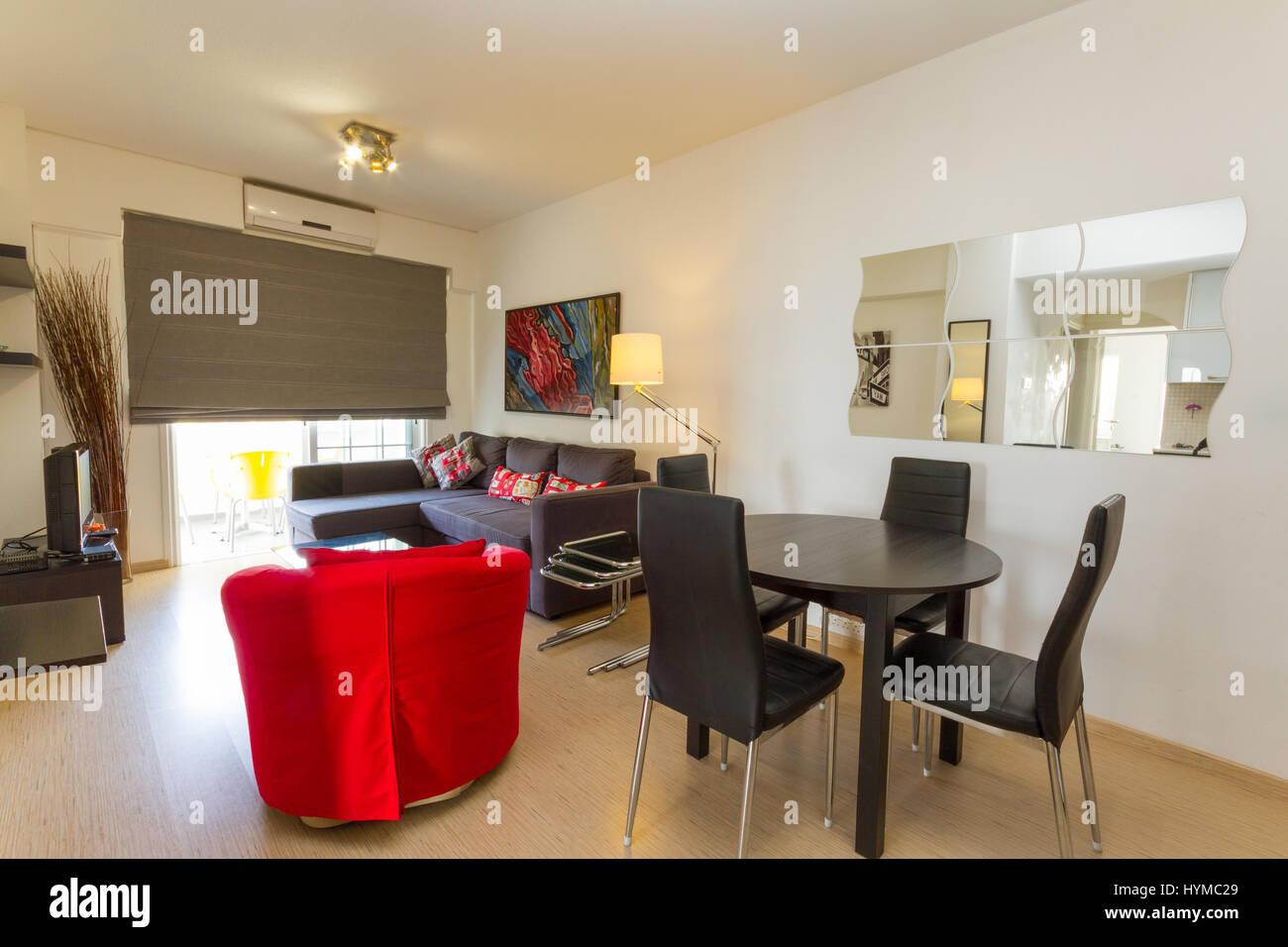 Modernes Wohnzimmer In Wenge Brown Und Roten Farben Mit Sofa, Sessel,  Stühle Und Tisch