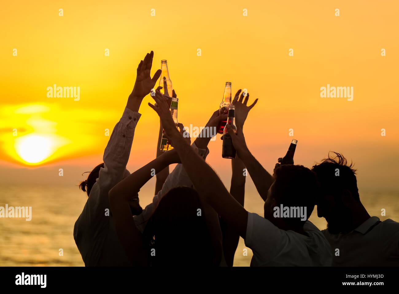 Freunde-Beach Party Getränke Toast Feier Konzept Stockbild