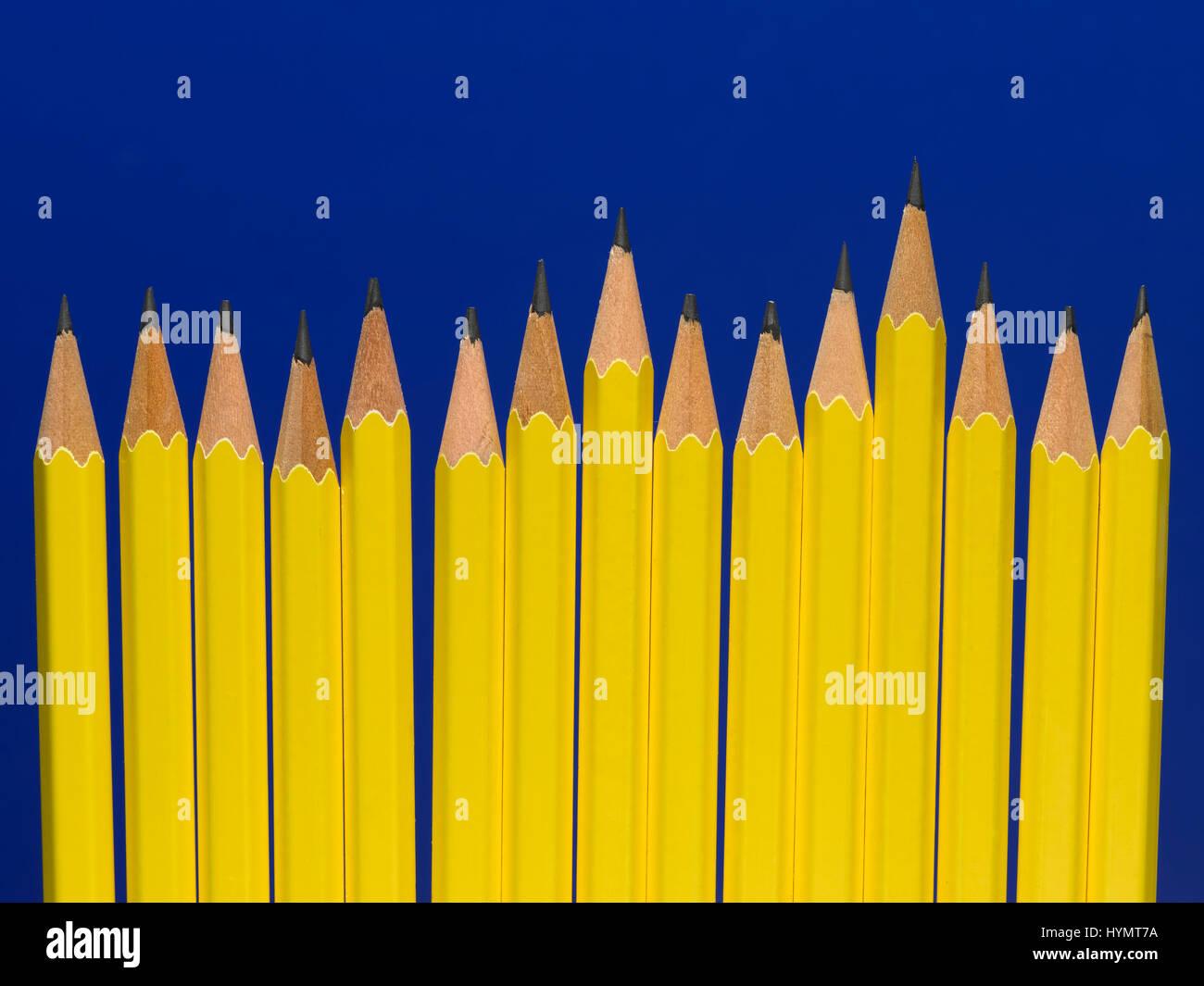 Gelbe Bleistift auf einem blauen Hintergrund isoliert Stockfoto