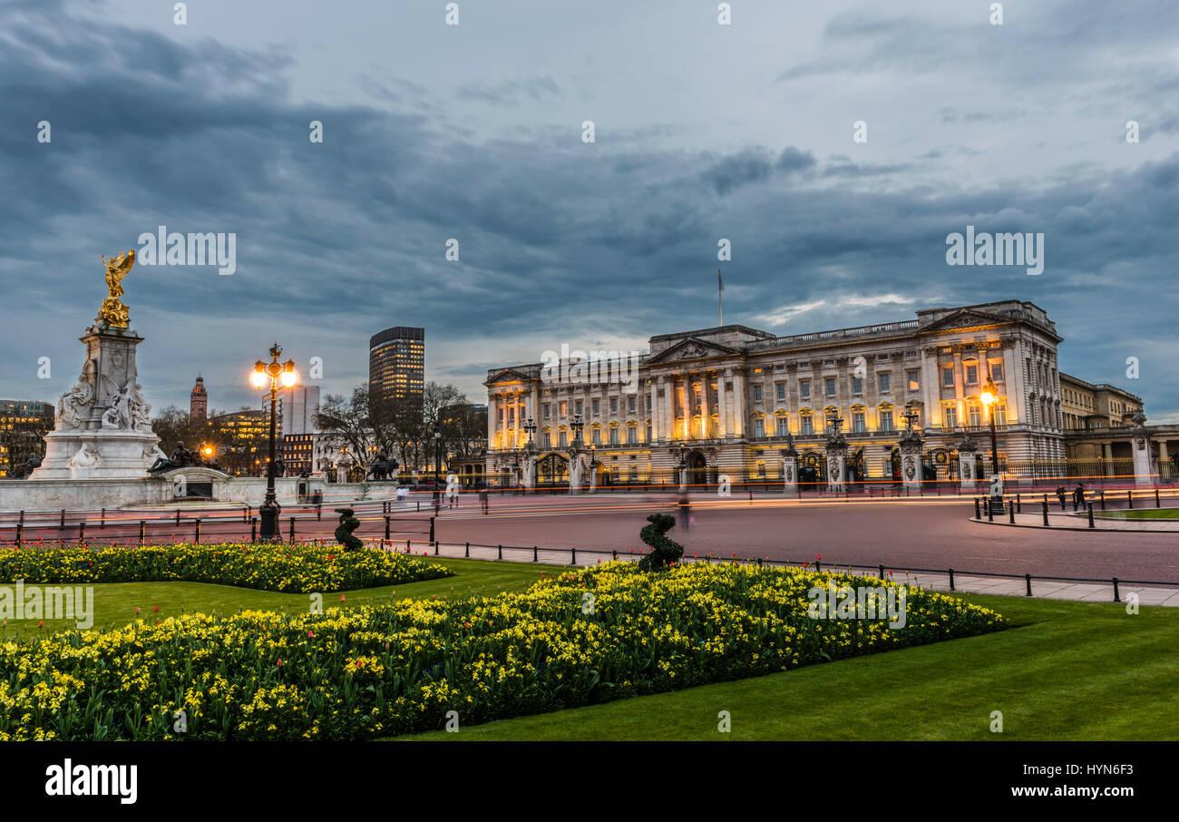 Straßenbeleuchtung und einen stürmischen Dämmerung über Buckingham Palace, London, UK Stockbild