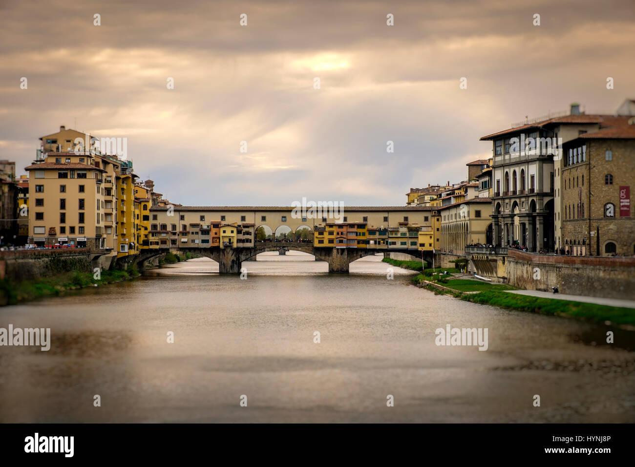 Florenz, Italien - ca. Mai 2015: Ponte Vecchio und Arno Fluss in Florenz, Italien. Stockbild