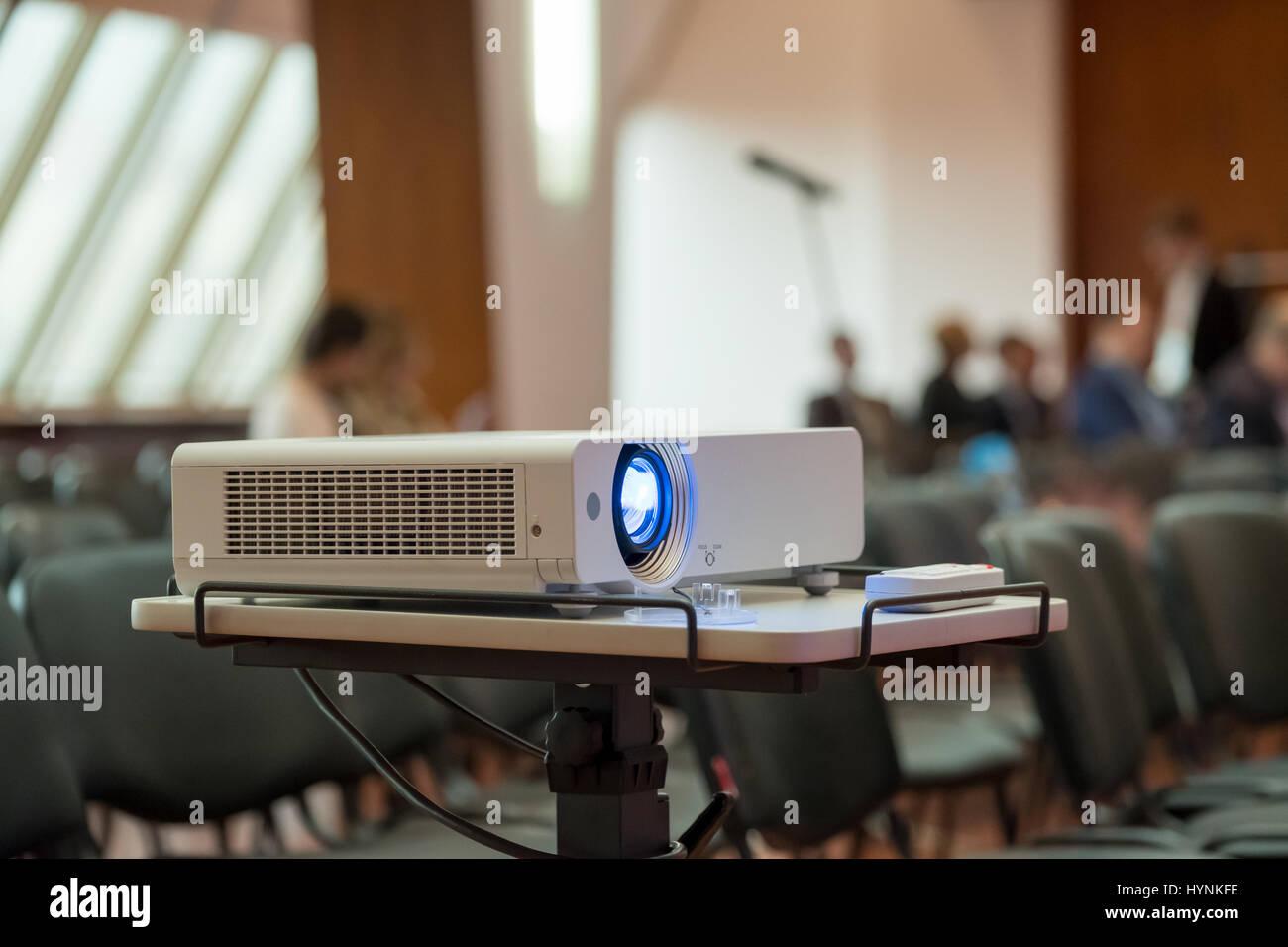 Projektor zeigt die Präsentation Stockbild