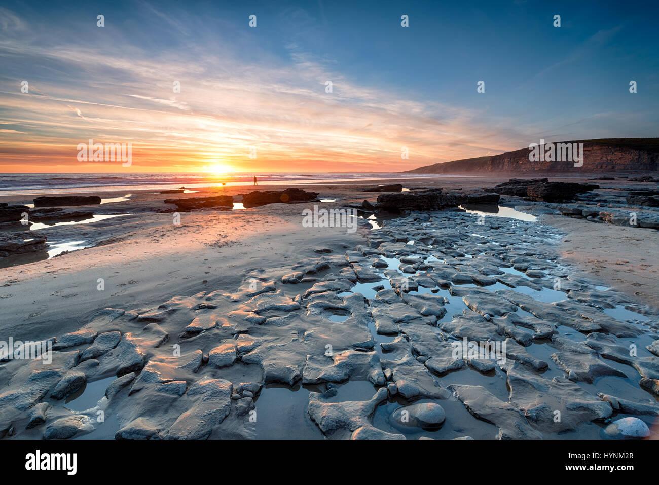 Sonnenuntergang am Dunraven Bay einen großen Strand am Southerndown an der südlichen Küste von Wales Stockbild
