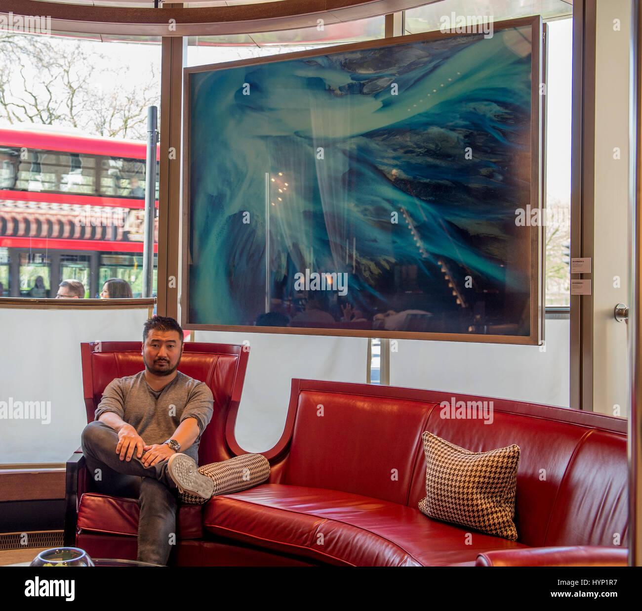 Dorchester Hotel, London, UK. 6. April 2017. Fotokünstler Jin-Woo ...