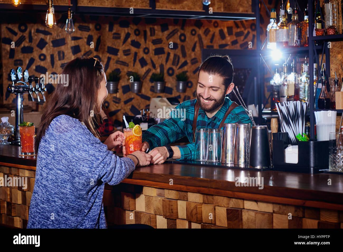 Barmann macht für Kunden einen Cocktail an der Bar Theke Stockbild