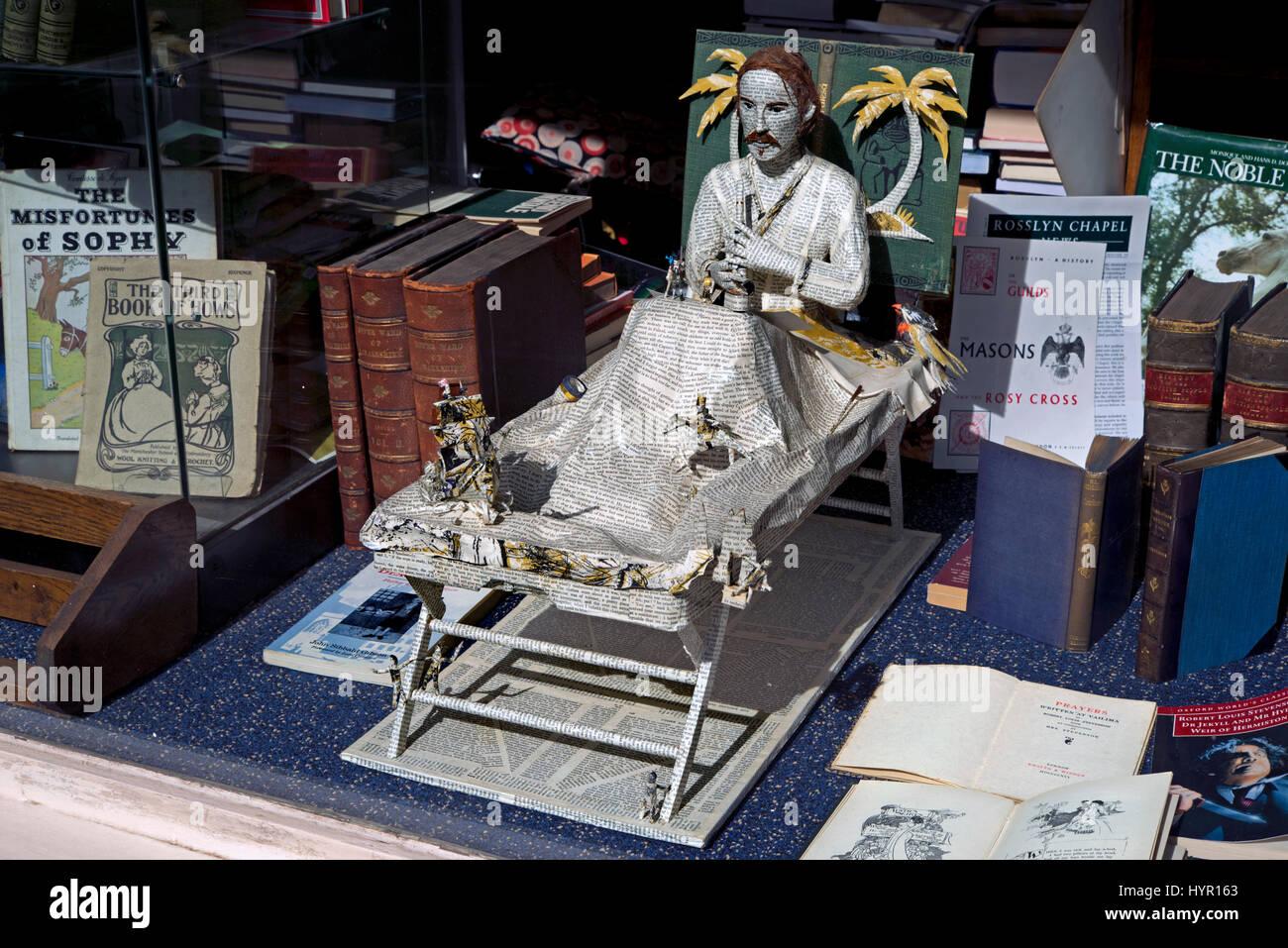 Ein Modell der Stevenson machte aus den Seiten eines Buches im Fenster ein Antiquariat in Edinburgh, Schottland, Stockbild