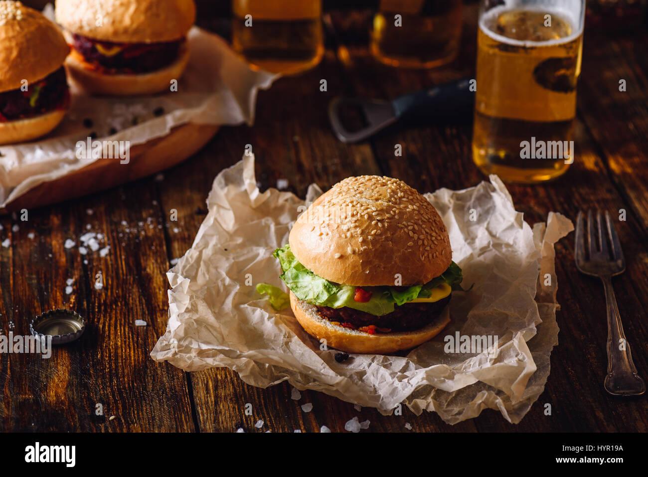 Hausgemachte Burger mit Bier. Stockbild
