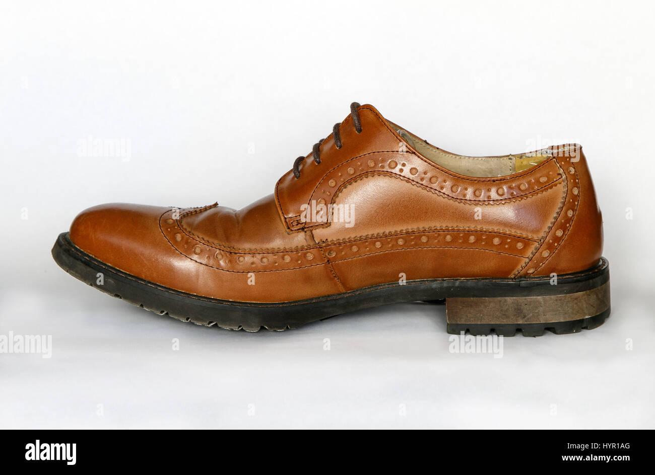 Men es verwendet braune Schuhe isoliert auf weiss. Stockbild 076ede2fd0
