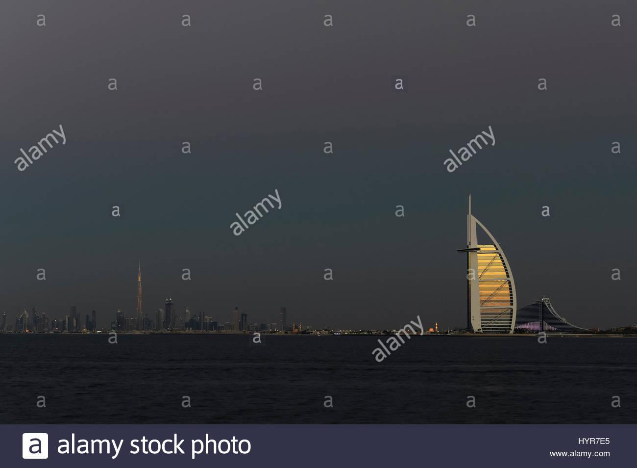 Skyline von Dubai mit Burj Al Arab im Vordergrund aufgehellt durch die goldene Stunde Stockbild