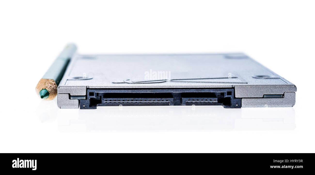 Solid-State Drive SSD neben einem Bleistift Größenvergleich. SATA ...