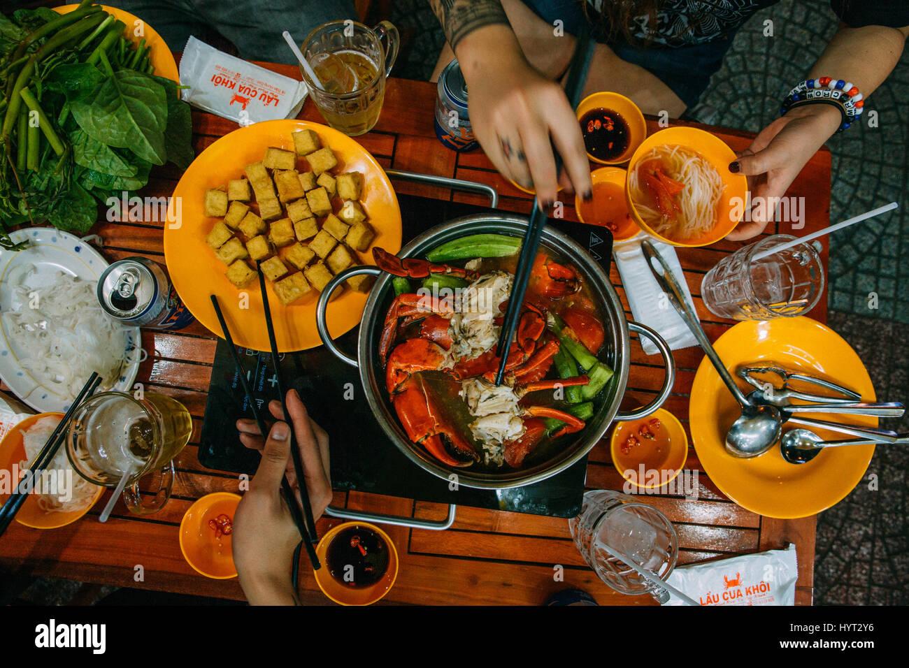 Hot Pot Abendessen mit Krabben, Tofu und Nudeln in Saigon, Ho-Chi-Minh-Stadt, Vietnam Stockbild