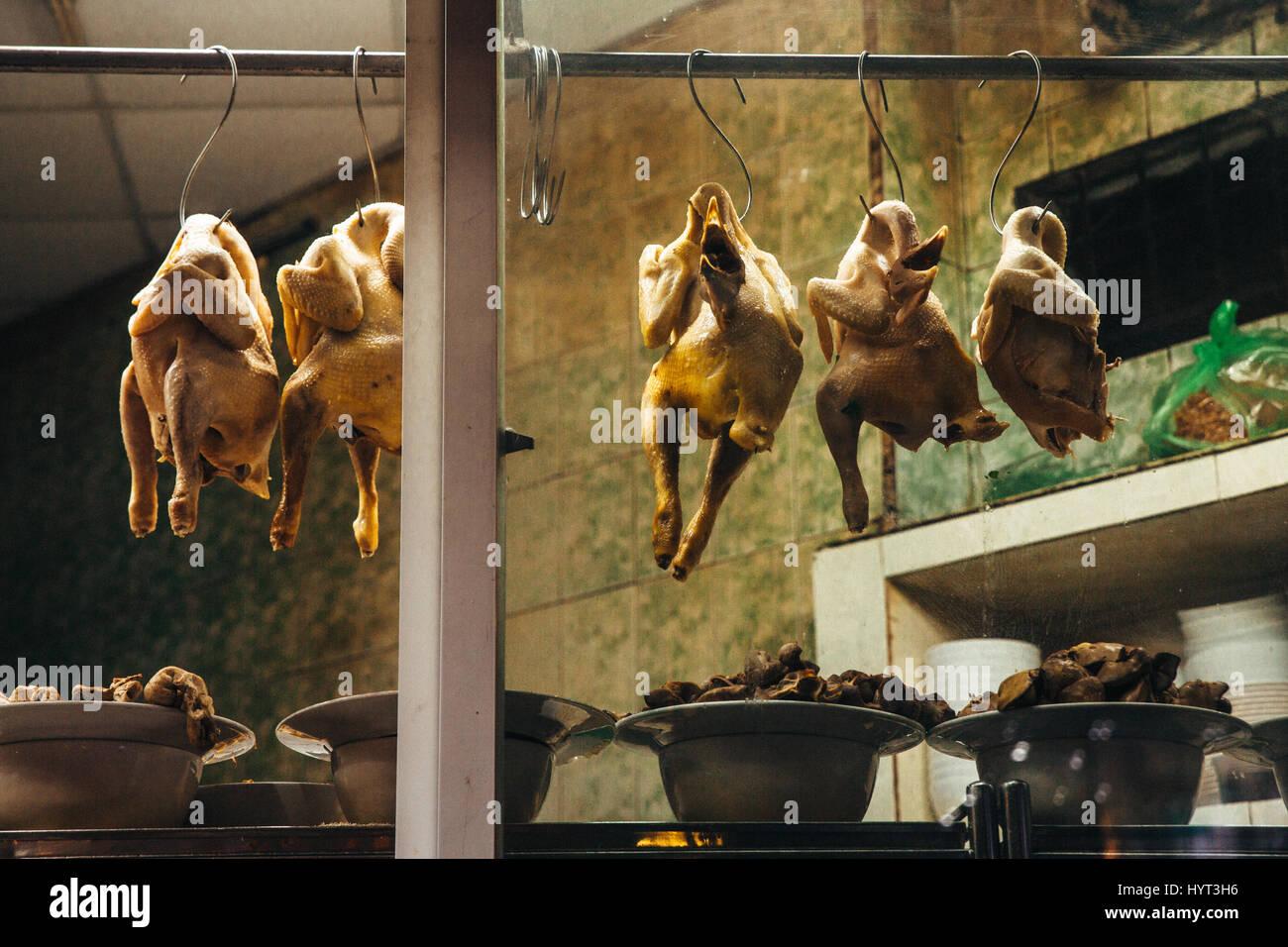Tote Hühner hängen im Pho Restaurant in Saigon, Ho-Chi-Minh-Stadt, Vietnam Stockbild