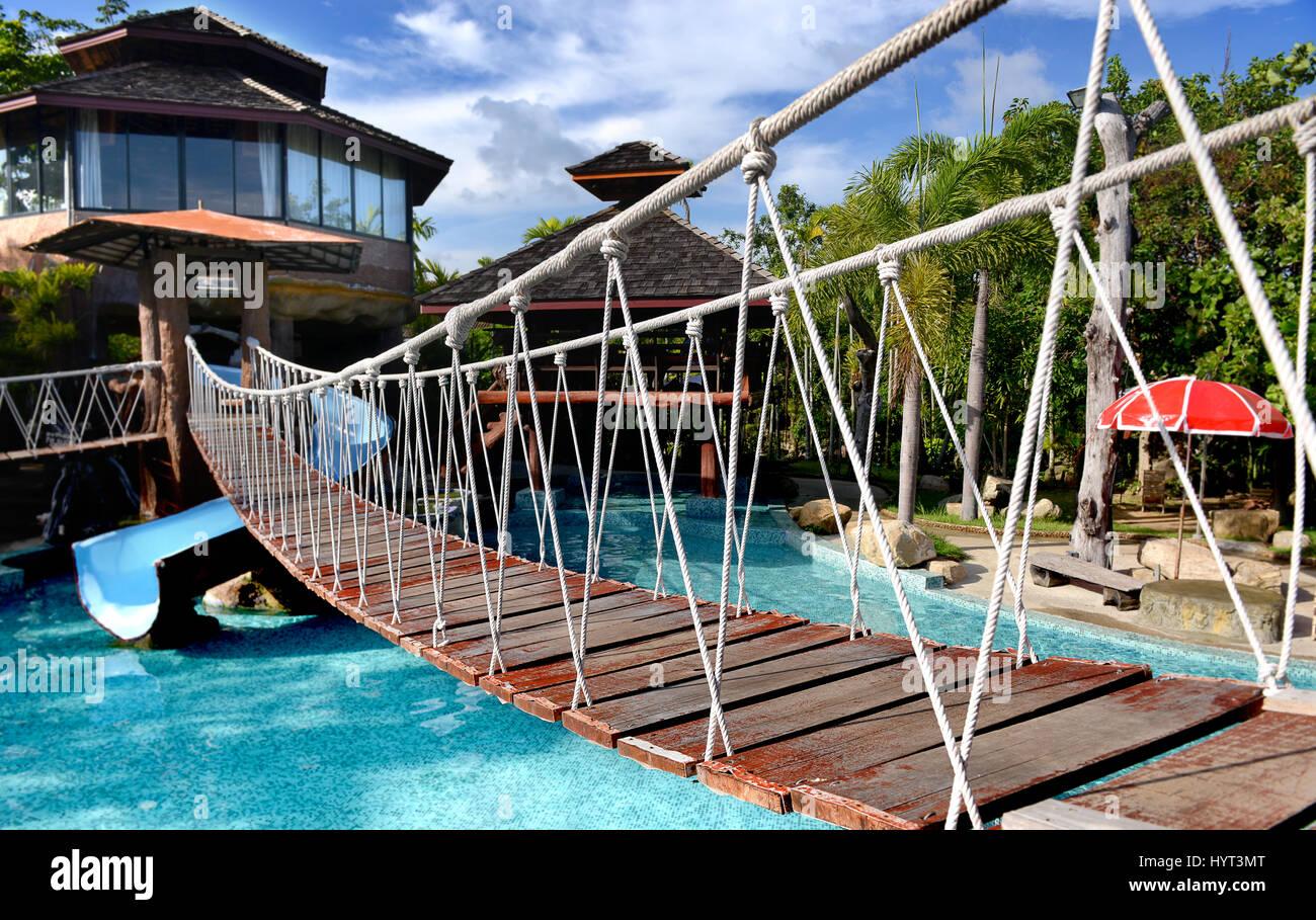 Kleinen Seil Hängebrücke Auf Das Schwimmbecken Im Freien Park Für Menschen  Foto In Outdoor Sonne Beleuchtung.