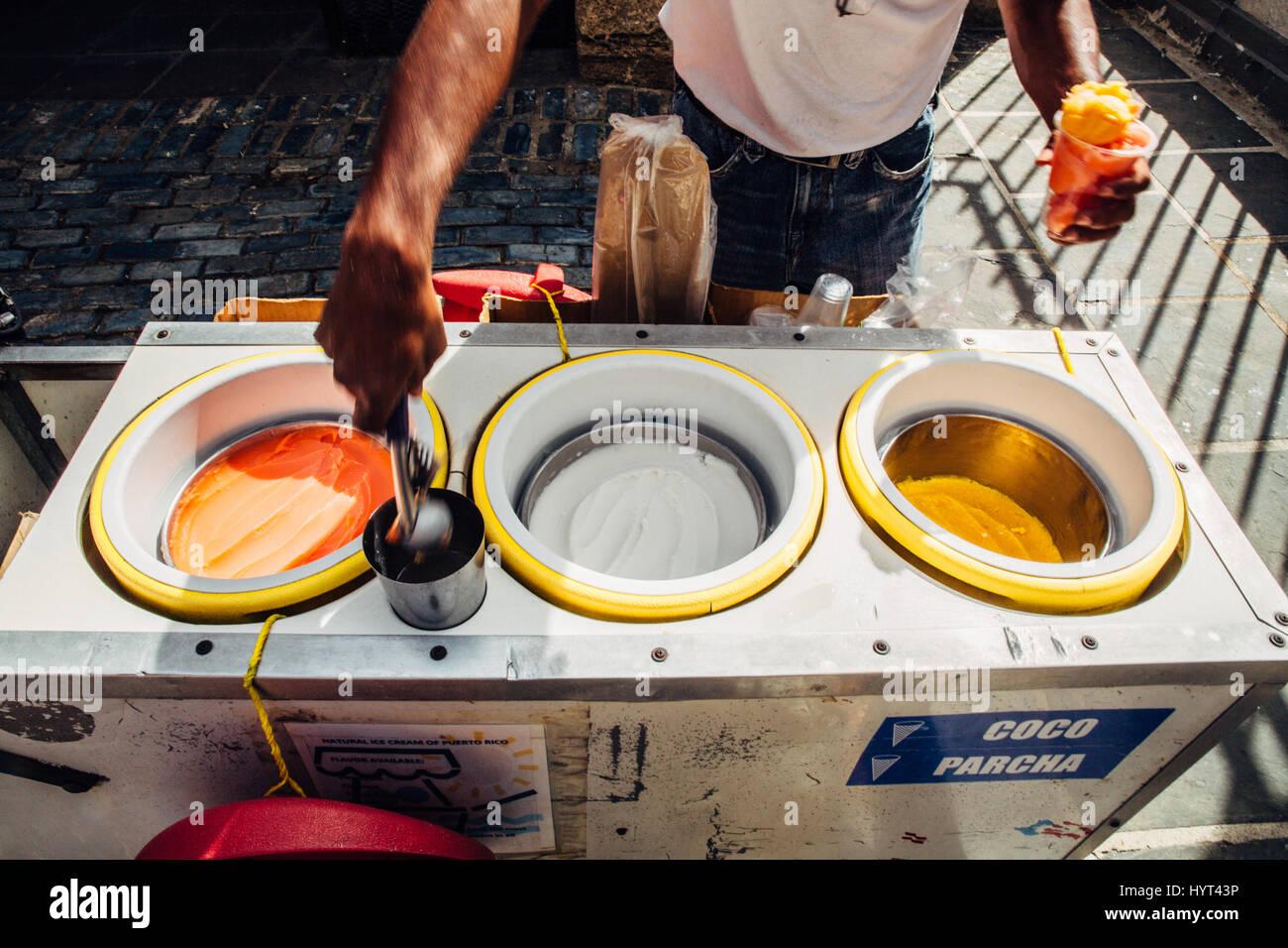 Paletero Eisverkäufer serviert hausgemachtes Sorbet in Old San Juan, Puerto Rico Stockbild