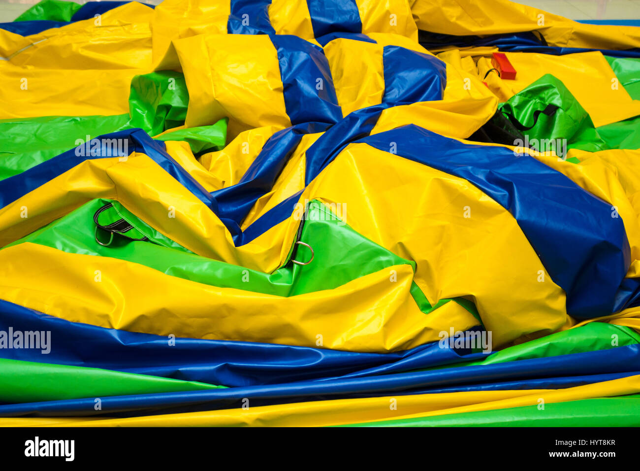 Deflationierten gelb blau grün Hüpfburg auf dem Stock Stockbild