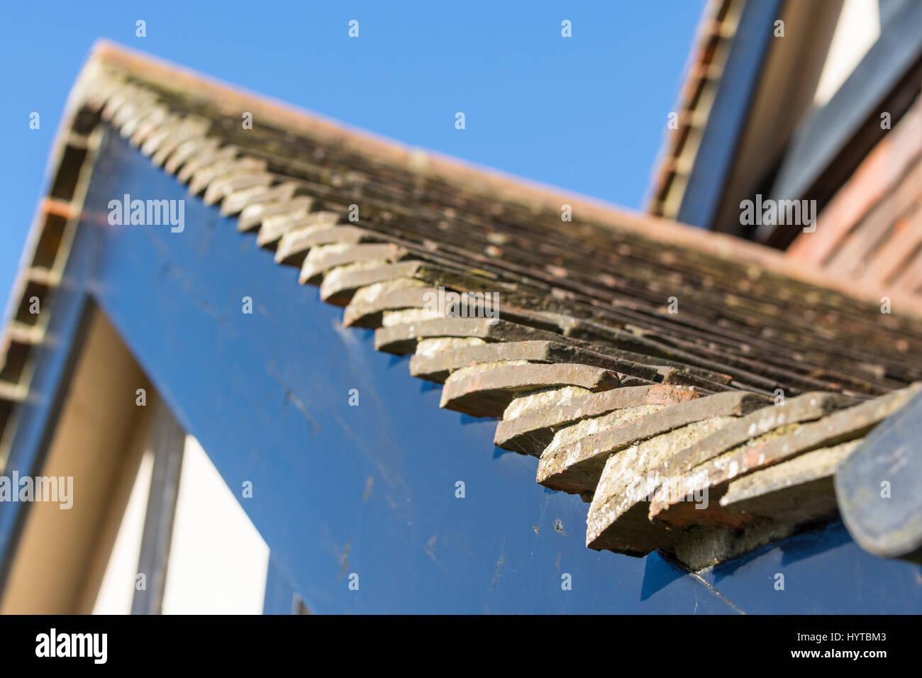 Dachziegel auf einem geneigten Dach auf ein 30er verspotten britischen Haus tudor-Stil in Großbritannien. Stockbild