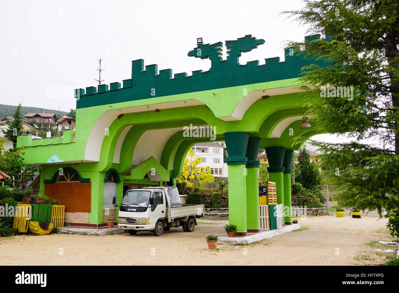Einzigartige Architektur der Tankstelle in Albanien. Stockbild