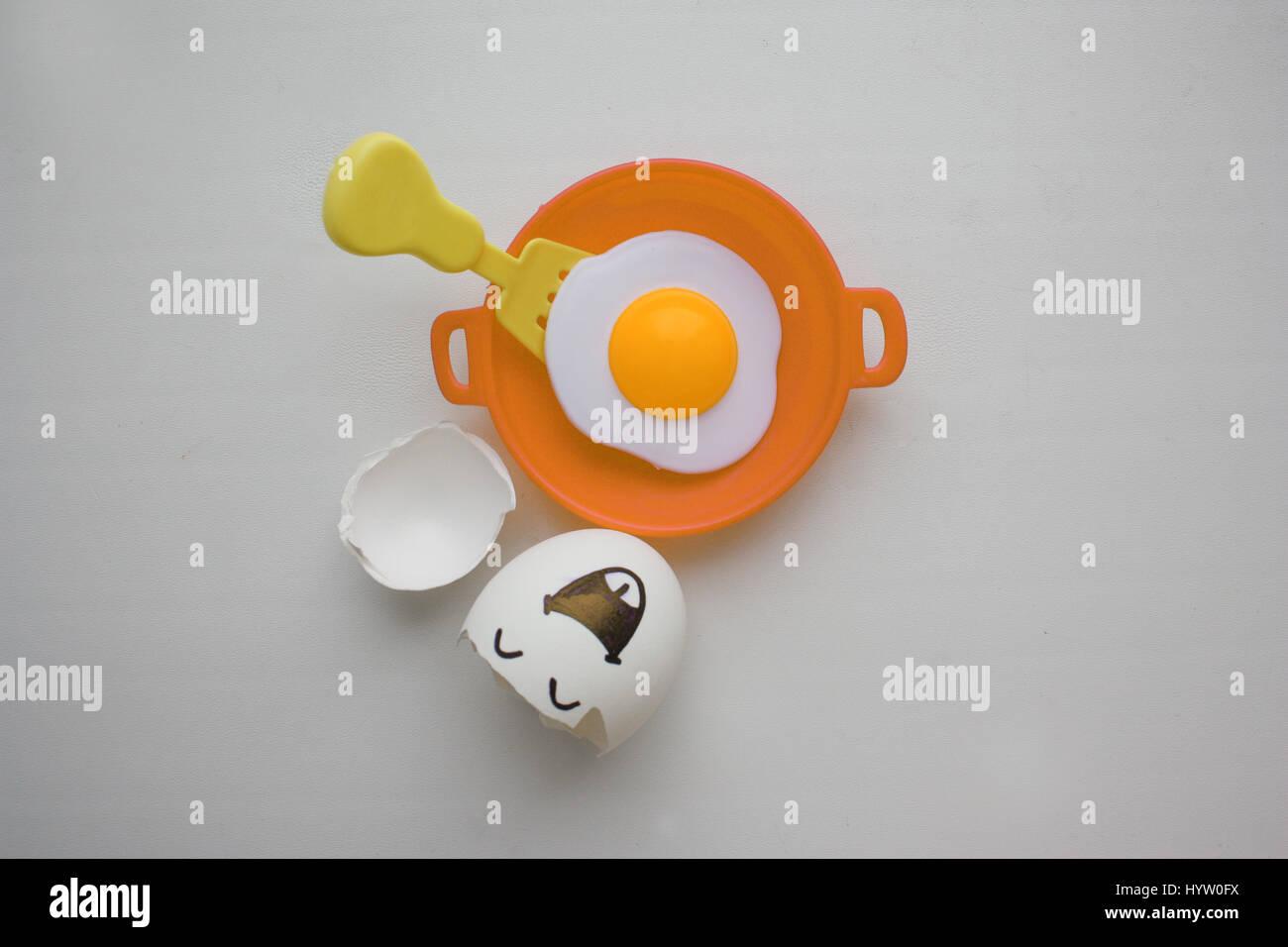 Eiern mit Gesicht. Konzept des Glücks der Selbstverwirklichung. Foto für Ihr design Stockfoto