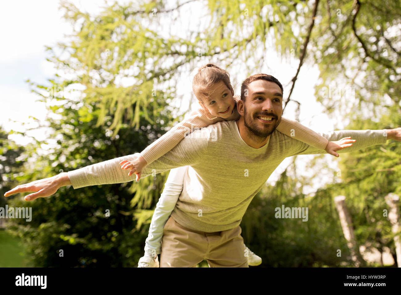 glückliche Familie Spaß im Sommerpark Stockbild