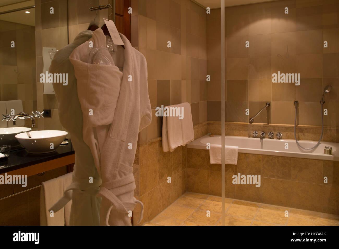 Bademantel in einem Badezimmer im Park Hyatt Hamburg Hotel in ...