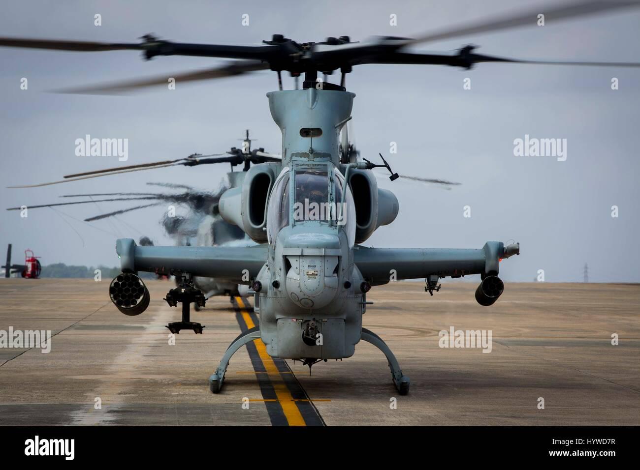 Owinawa, Japan. 26. April 2017. Ein US-Marine Corps AH-1W Super Cobra Kampfhubschrauber beginnen Pre-flight-Kontrollen, vor einer Mission Probe Übung im Marine Corps Air Station Futenma 26. April 2017 in Okinawa, Japan. US-Truppen in der gesamten asiatischen Region haben bekämpfen Übungen erhöht, da Spannungen zwischen den USA und Nordkorea steigen weiterhin. Bildnachweis: Planetpix/Alamy Live-Nachrichten Stockfoto