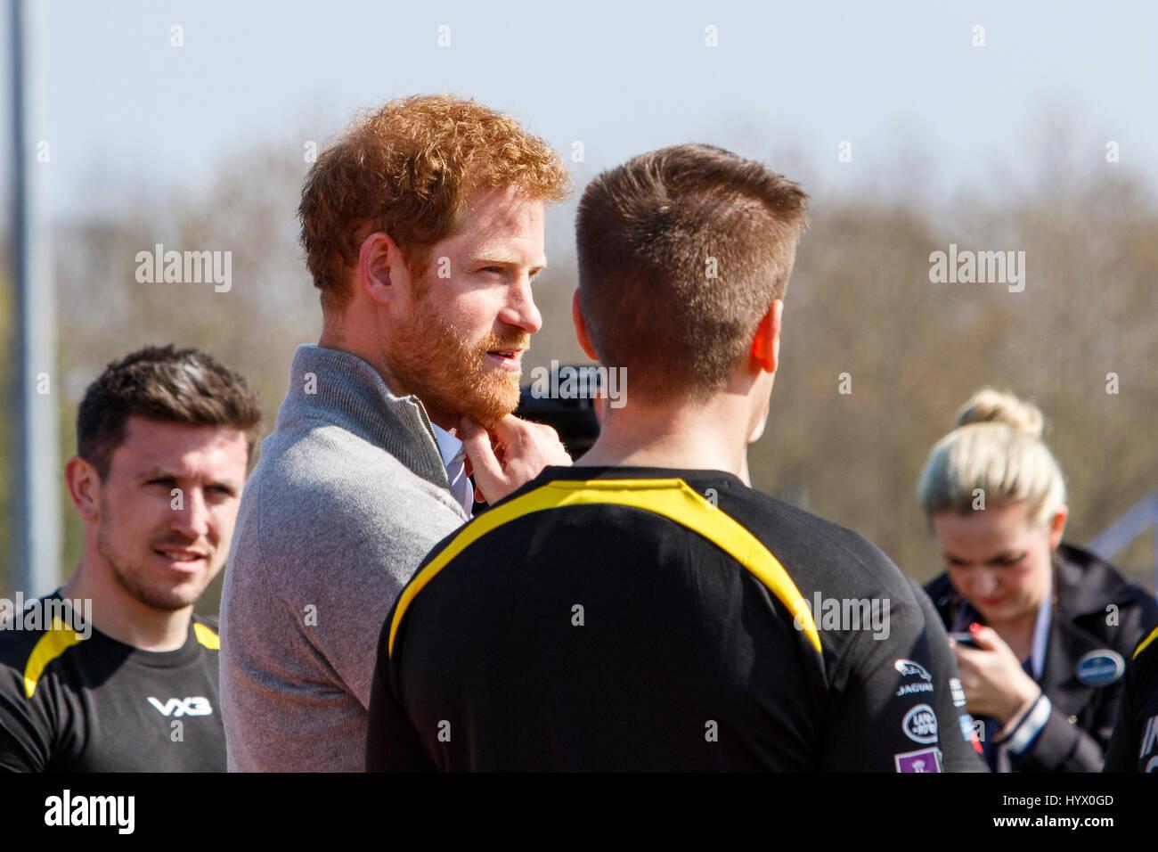 Bath, Großbritannien, 7. April 2017. Prinz Harry ist abgebildet im Gespräch mit Athleten an der University of Bath Stockfoto