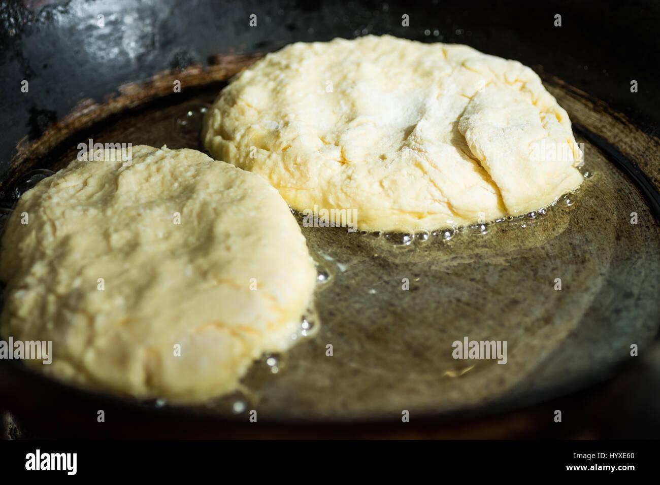Quark Pfannkuchen oder Krapfen Frittieren in sprudelnden Öl in ...