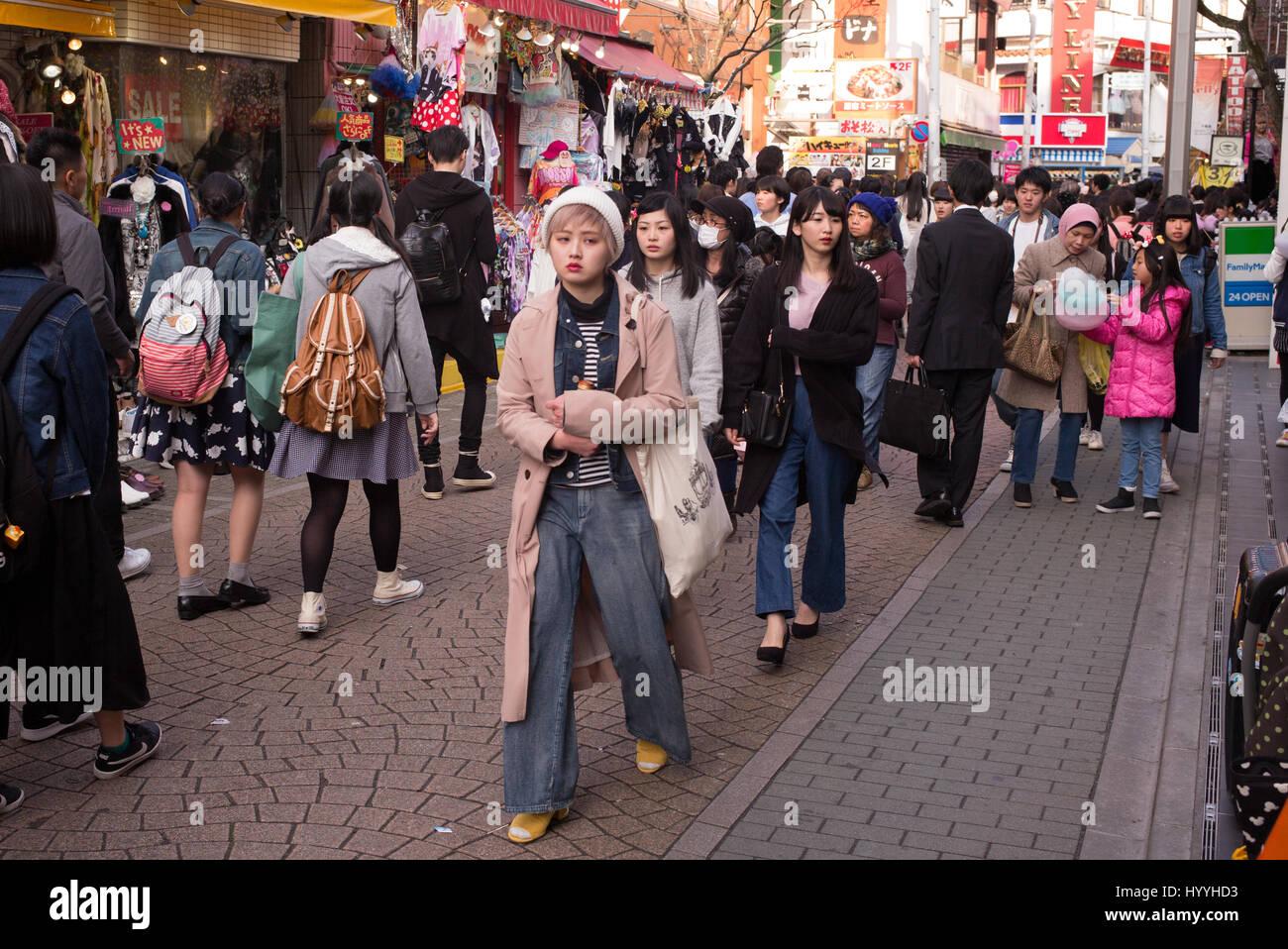 Takeshita Street in Harajuku, Tokyo ist ein beliebtes Gebiet für Mode und Jugendkultur Stockfoto