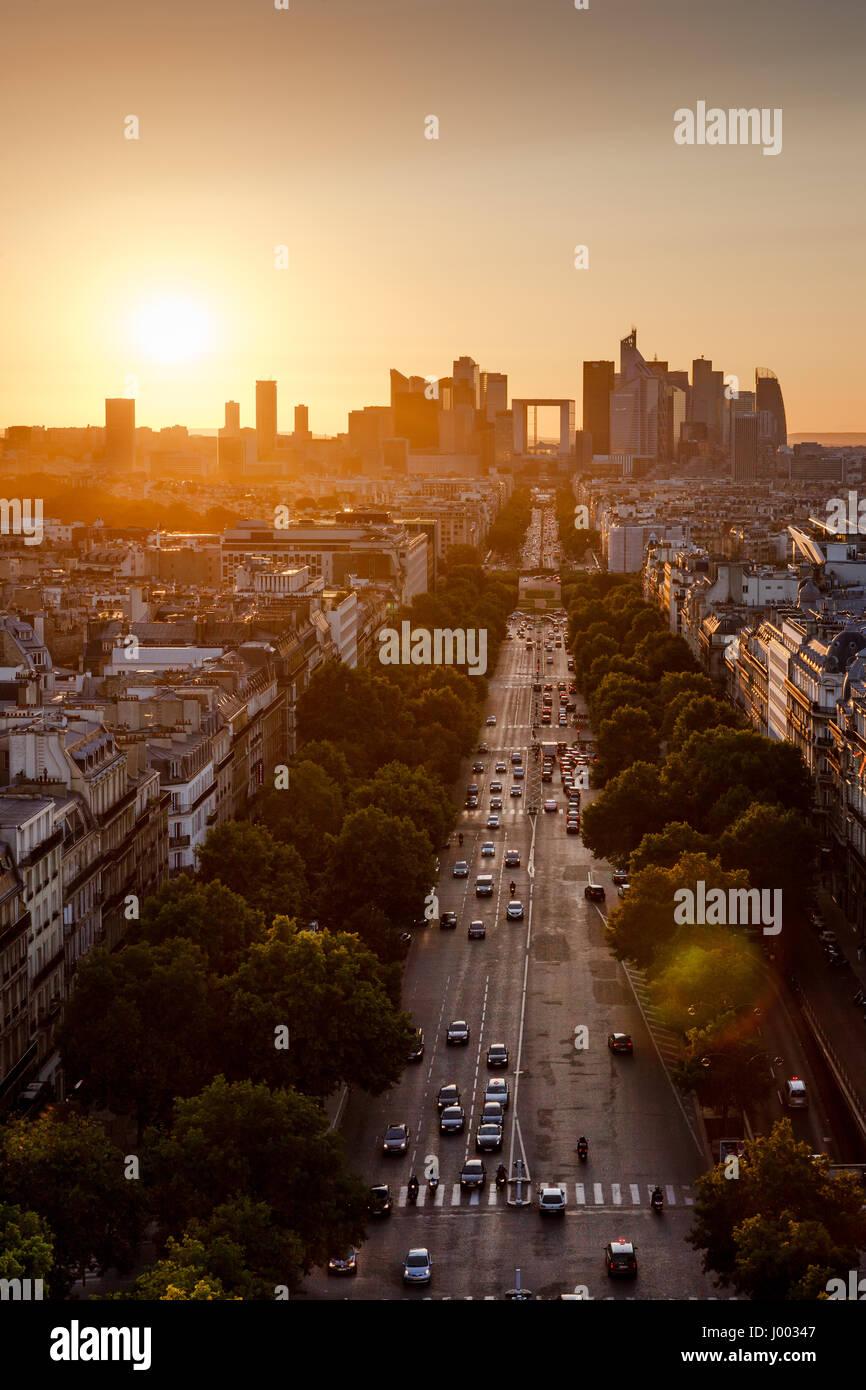 Sommer Sonnenuntergang auf der Avenue De La Grande Armee und La Défense Viertel in Paris. 16. und 17. Arrondissement, Stockbild