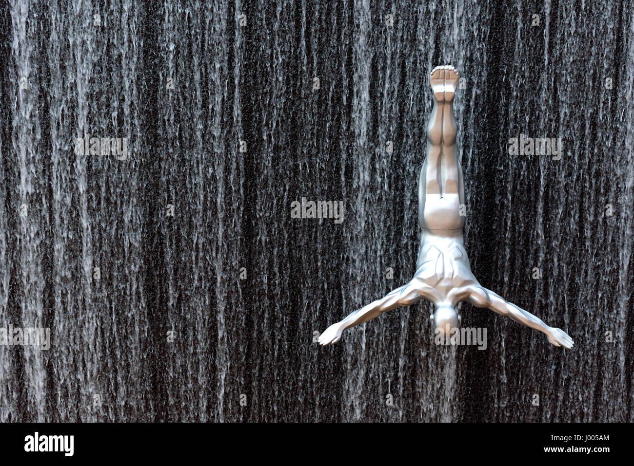 Silber männliche Skulptur installiert, um einen springenden Effekt auf den Brunnen der Dubai Mall in Dubai, Stockbild