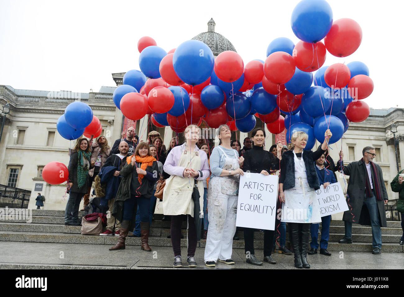 100 Artists Helium Balloons Hold Stockfotos & 100 Artists Helium ...