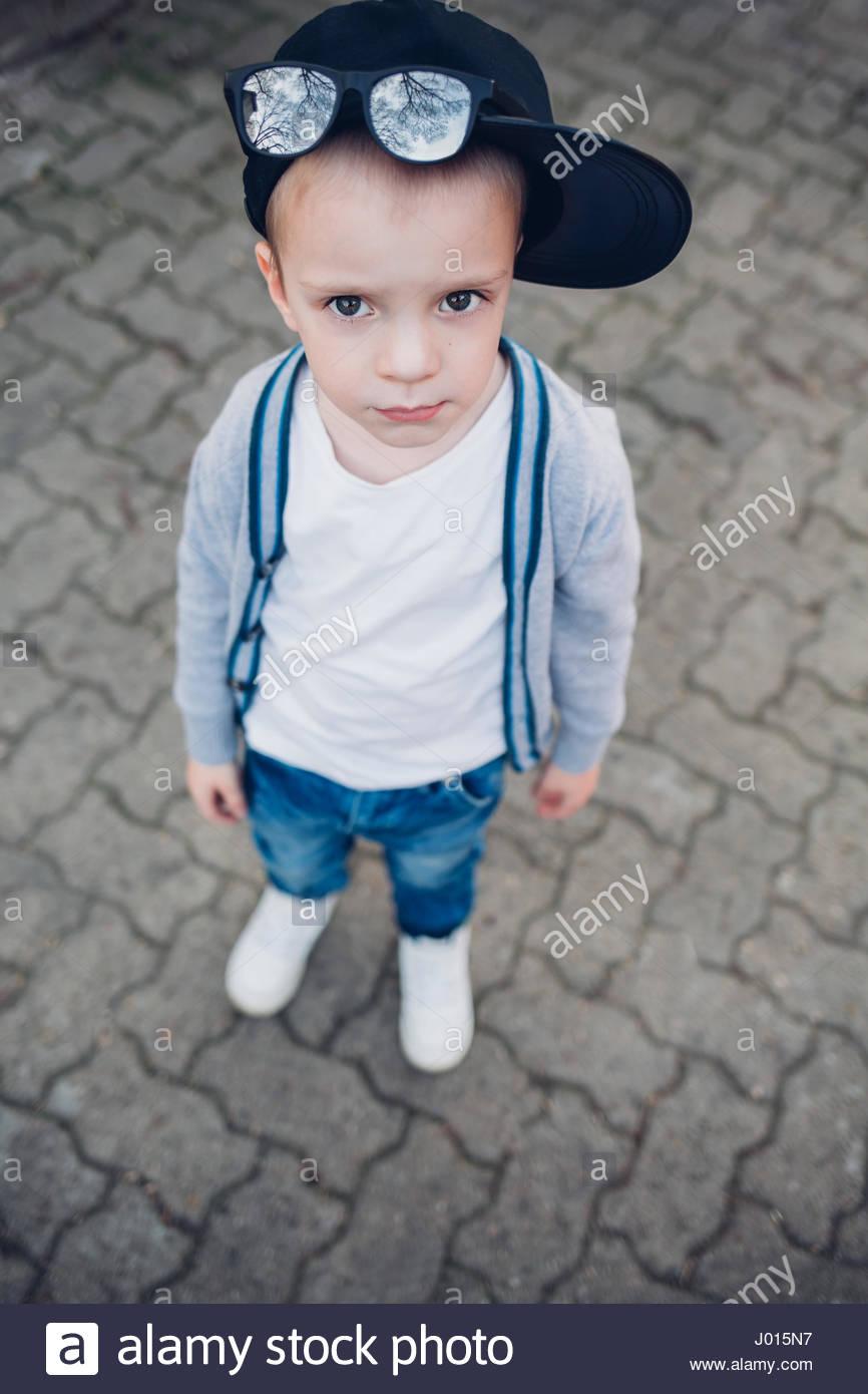 Nahaufnahme von kleinen niedlichen Jungen tragen moderne Kleidung ...