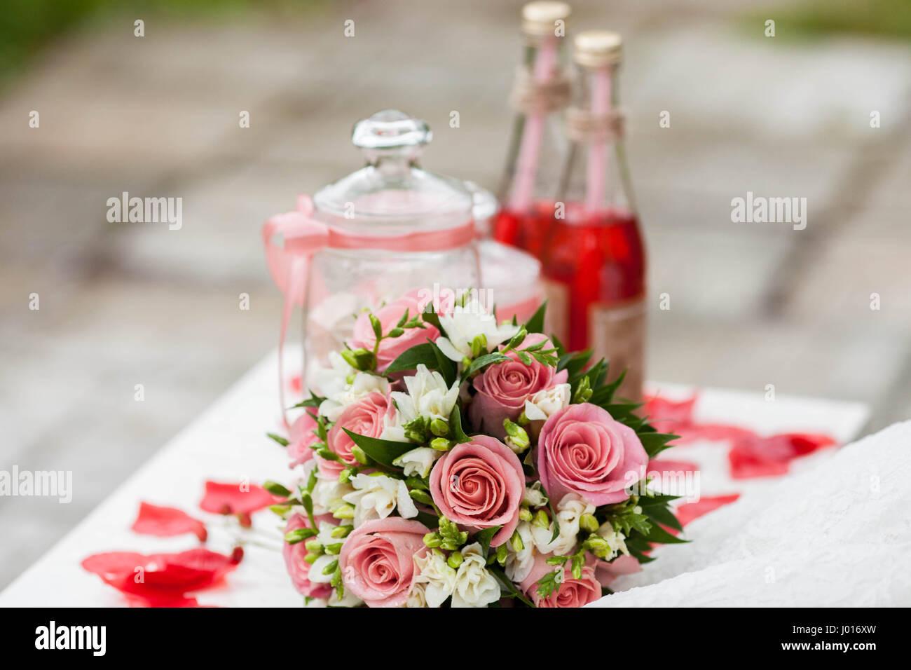 Zarte Braut Blumenstrauss Auf Dem Tisch Neben Rote Limonade