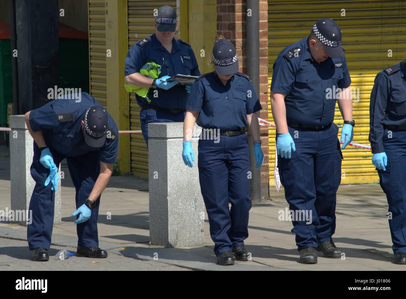 Polizei Tatort nach beweisen im Rahmen der Mord Anfrage in North Woolwich London suchen Stockbild