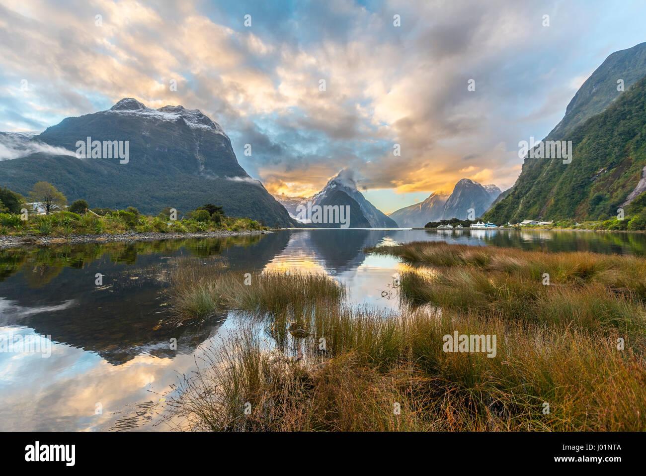 Mitre Peak Reflexion im Wasser, Sonnenuntergang, Milford Sound, Fiordland-Nationalpark, Te Anau, Southland Region Stockbild