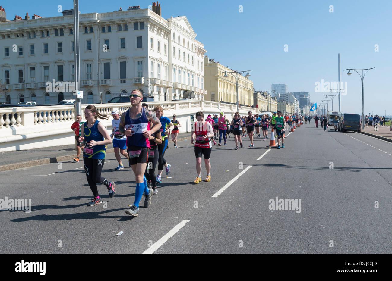Brighton, UK. 9. April 2017. Läufer, die noch ein Lächeln, obwohl Sie mehr als die Hälfte Weg durch Stockbild