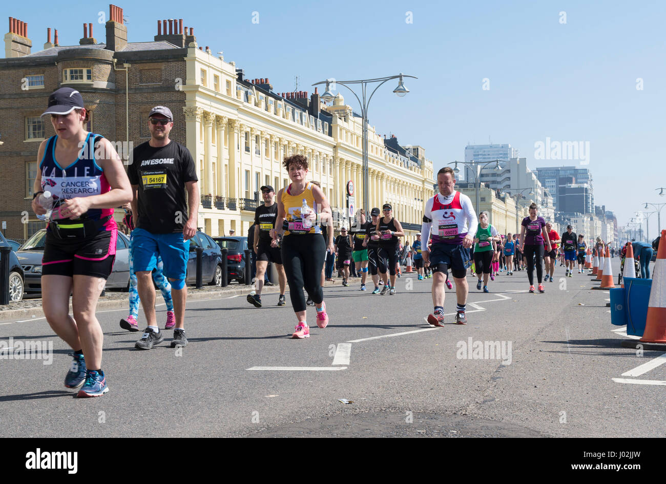 Brighton, UK. 9. April 2017. Tausende von Menschen trotzten die Hitze am heißesten Tag des Jahres bis jetzt Stockbild