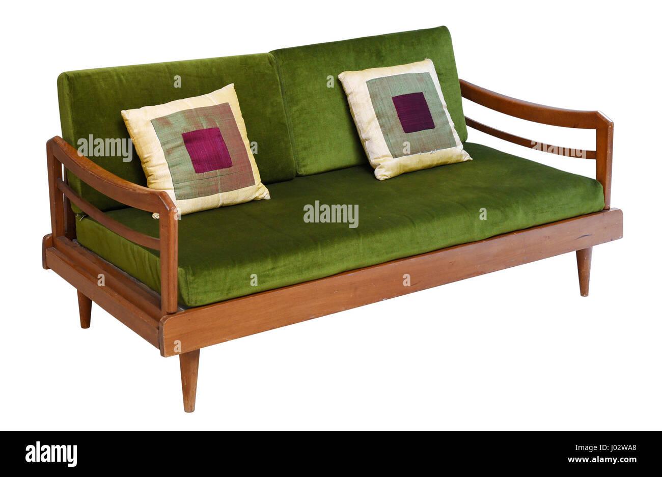 Grünem Samt Sofa 50er Jahre Vintage-Design auf kurzen Beinen und Holzsockel isoliert auf weißem Hintergrund Stockfoto