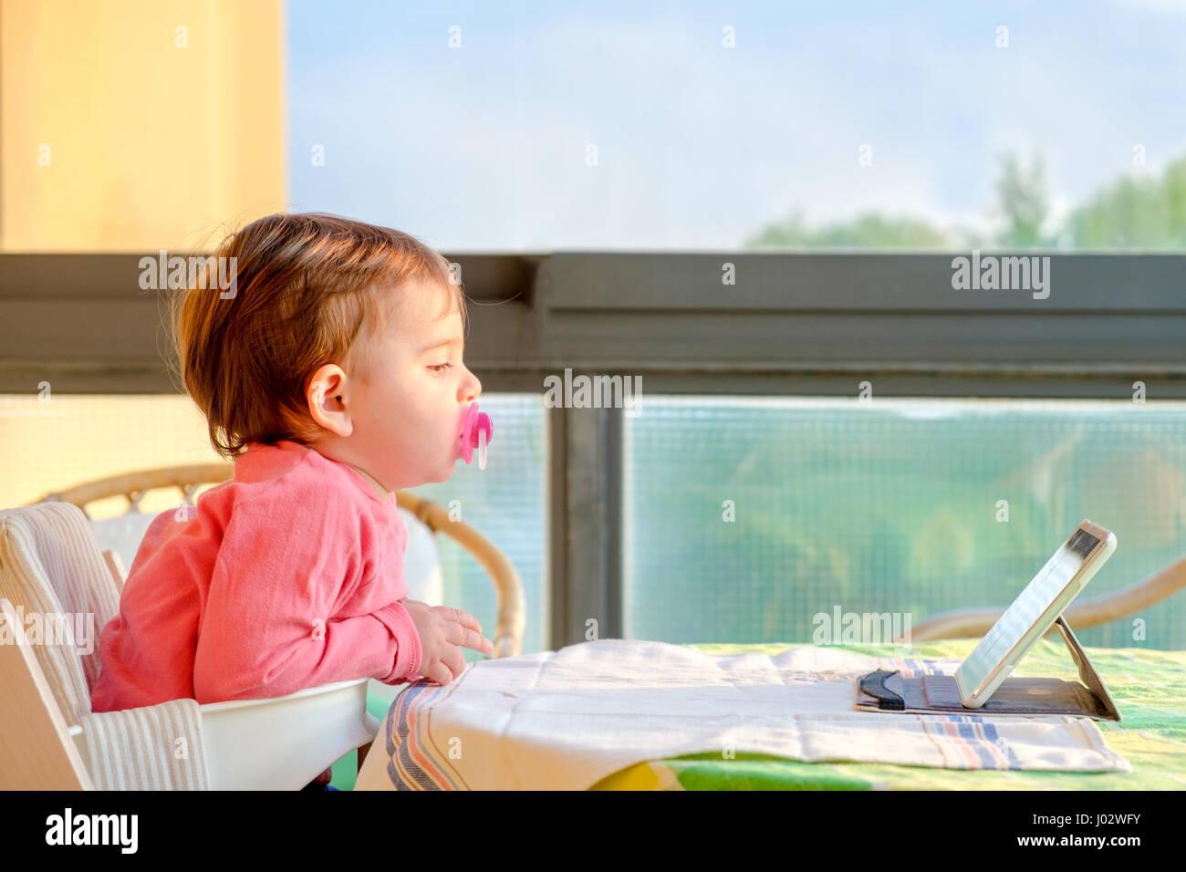 Neugeborenen Tablet tv digital native Stockbild