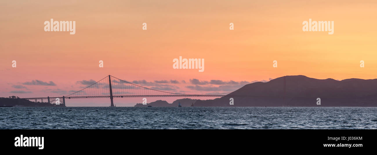 Golden Gate Bridge und Marin Hügel Panorama Sonnenuntergang. Stockbild